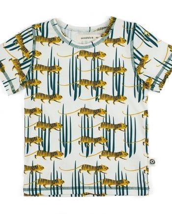 In de junglesferen kom je wel met dit comfortabele t-shirt gemaakt van biologisch jersey katoen. Lekker zomers met tijgers.
